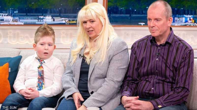 الطفل نوح مع والديه الآن أصبح عمره 6 سنوات
