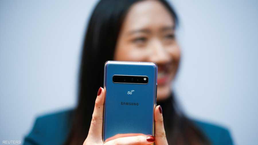 الهاتف غالاكسي إس 10 مزود بزجاج مقاوم للكسر وشاشة عرض SUPER AMOLED قياس 6.1 إنشات بدقة 3040x1440 بكسل.