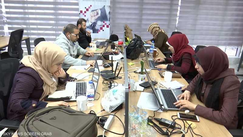 """""""العمل عن بعد"""".. ملاذ الخريجين من البطالة في غزة"""