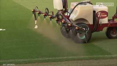 مانشستر يونايتد يرش أرضية الملعب بالثوم قبل لقاء ليفربول
