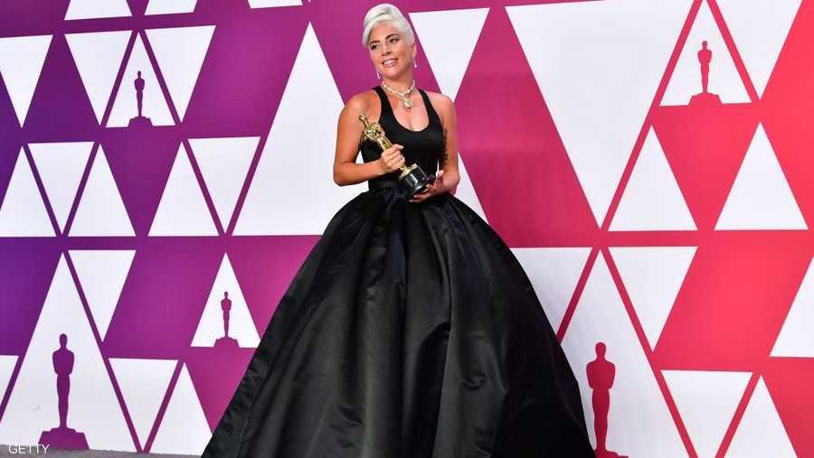"""فازت المغنية ليدي غاغا، لأول مرة، بجائزة أوسكار عن أغنية """"شالو"""" في فيلم """"ستار إيز بورن""""."""