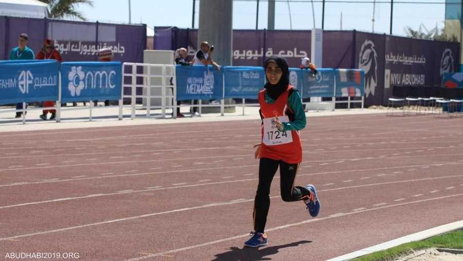 العداءة الإماراتية للمسافات الطويلة مريم الزعابي، وهي تنطلق بأقصى سرعة نحو الفوز بسباق 1500 متر في الألعاب الإقليمية للأولمبياد الخاص أبوظبي 2018