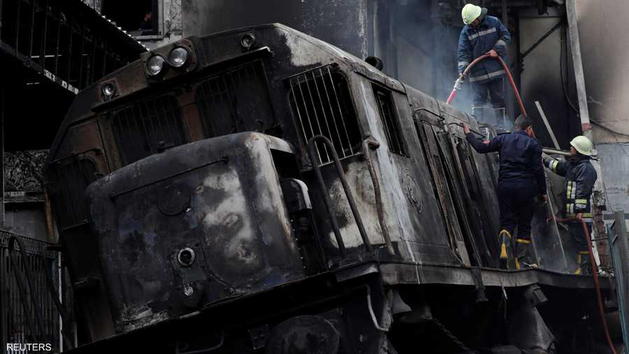 عمال الإنقاذ أثناء إطفاء الحريق في المحطة