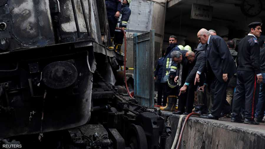 الناس يقومون بتفتيش الأضرار الناجمة عن حريق