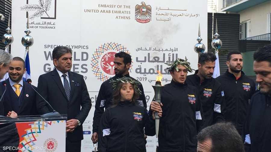 خلال وصول الشعلة للسفارة الإماراتية بأثينا