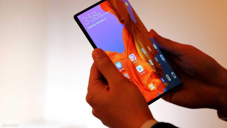"""عرضت """"هواوي"""" هاتفها المحمول الجديد """"ميت 10""""، الذي يتحول إلى ما يشبه جهازا لوحيا مصغرا بسبب قابليته للطي."""