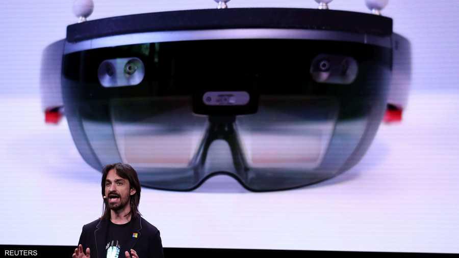 """أطلقت مايكروسوفت نظارتها الذكية """"هولولينس 2""""، التي عدلت فيها الطريقة التي يتفاعل من خلالها المستخدمون مع الصور المجسمة لتصبح أكثر واقعية."""