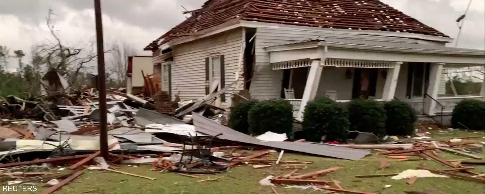 حطام البيوت المتضررة من أعاصير ولاية ألاباما الأميركية