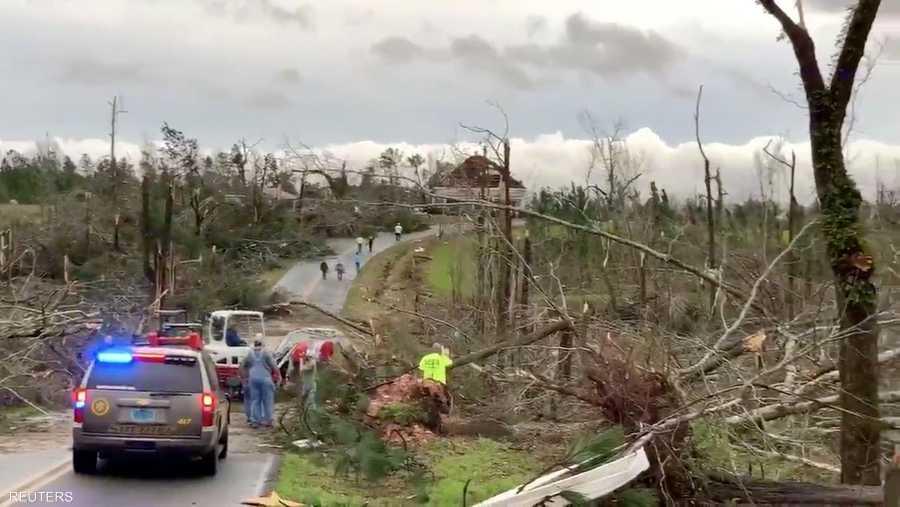 حطام الأشجار يغلق الطريقات