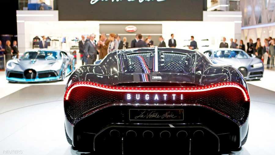 تتميز السيارة بلونها الأسود مع انحناءاتها المثيرة وزواياها غير الحادة ومظهرها القوي.