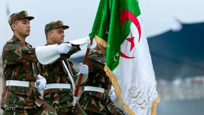 بين الانحياز للشعب والولاء للقائد.. أين يقف الجيش الجزائري؟