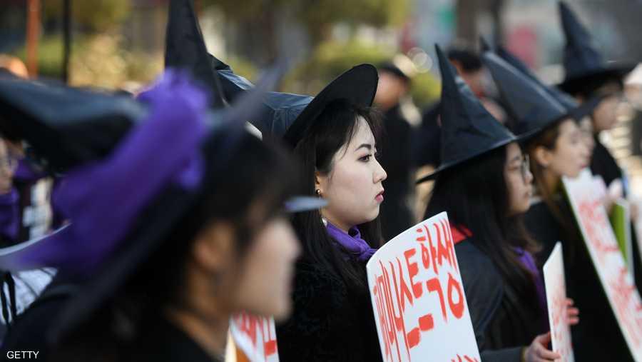"""وفي كوريا الجنوبية، ارتدت نساء عباءات سوداء وقبعات مدببة ضد ما وصفن بأنها """"مطاردة ساحرات"""" للنسويات في مجتمع محافظ بشدة."""