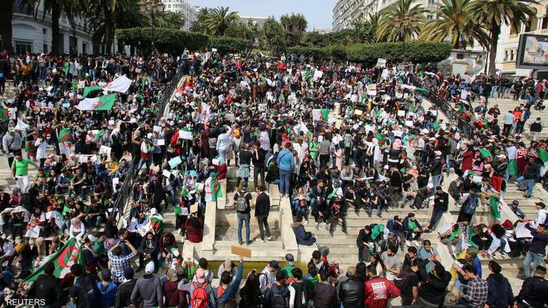 """جيش الجزائر يشيد بالشعب و""""يتجاهل الاحتجاجات"""" 1-1233964.JPG"""