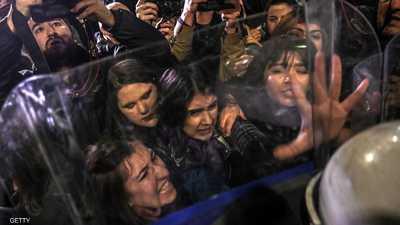 في يوم المرأة.. الشرطة التركية تهاجم النساء بالغاز والعنف