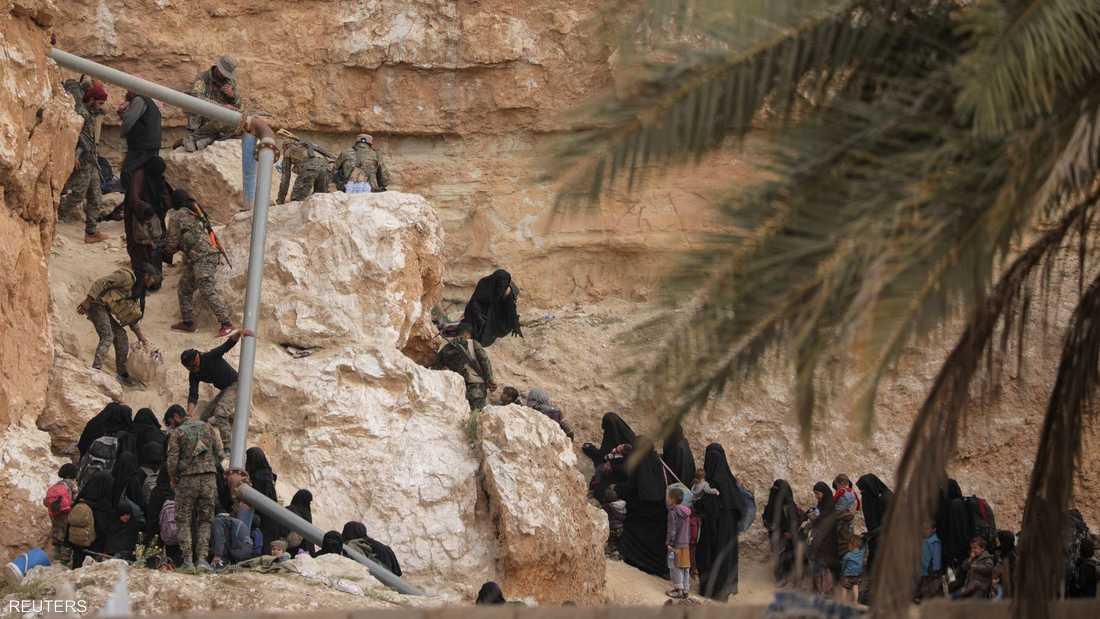حركة هروب لنساء داعش من الباغوز