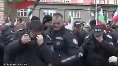 بالفيديو.. الرياح مع المتظاهرين ضد عناصر الشرطة البلغارية