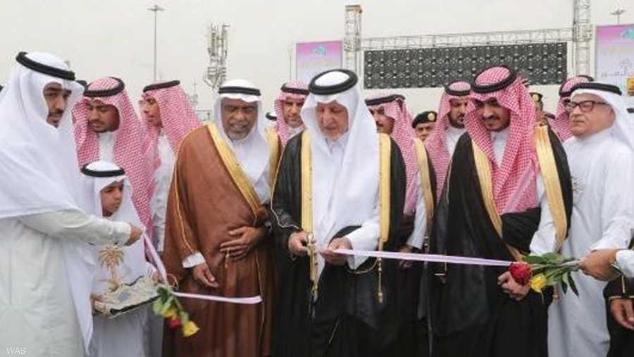وافتتح المهرجان أمير مكة المكرمة، خالد الفيصل، الذي شدد على أهمية التوسع في زراعة الزهور والمسطحات الخضراء لتشمل المشاعر المقدسة كافة.