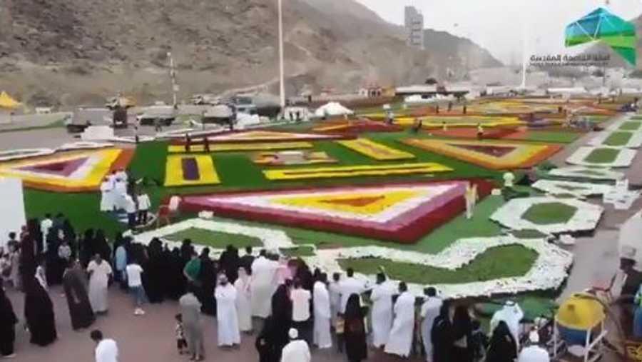 وقالت السلطات إن اليوم الأول من المهرجان شهد توافد آلاف الزوار.