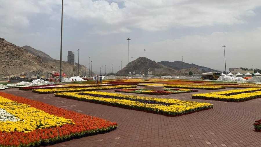 وشاهد الزوار سجادة الزهور ذات الطابع الإسلامي التي احتوت على أكثر من مليون زهرة طبيعية متنوعة.