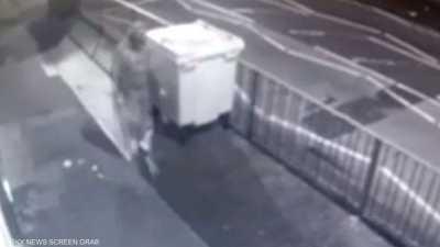 بالفيديو.. لحظة اعتداء ليلي على مسجد في بريطانيا