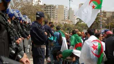 مئات الآلاف وسط الجزائر يطالبون بوتفليقة بالتنحي