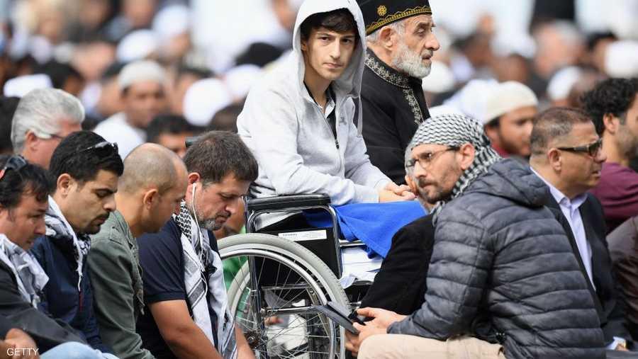 أحد المصابين يحضر صلاة الجمعة الأولى بعد المجزرة