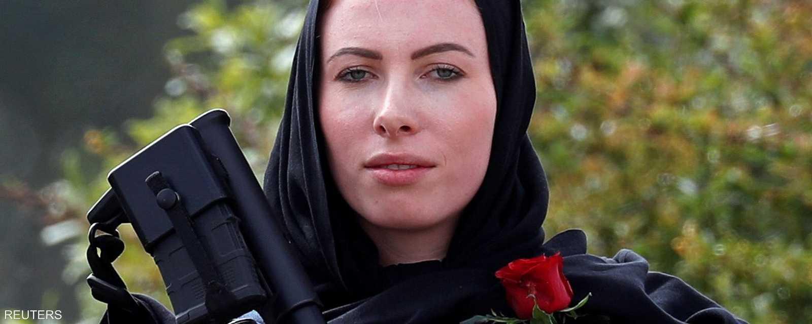 شرطية نيوزيلندية متضامنة مع ضحايا المذبحة