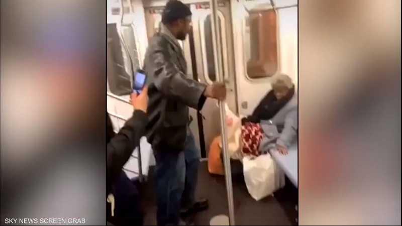 مشهد مؤلم لضرب عجوز ثمانينية من قبل شاب