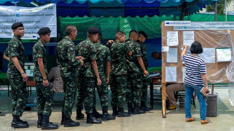 فتحت مكاتب الاقتراع الـ92 ألفا و300، صباح اليوم، أبوابها أمام الناخبين.