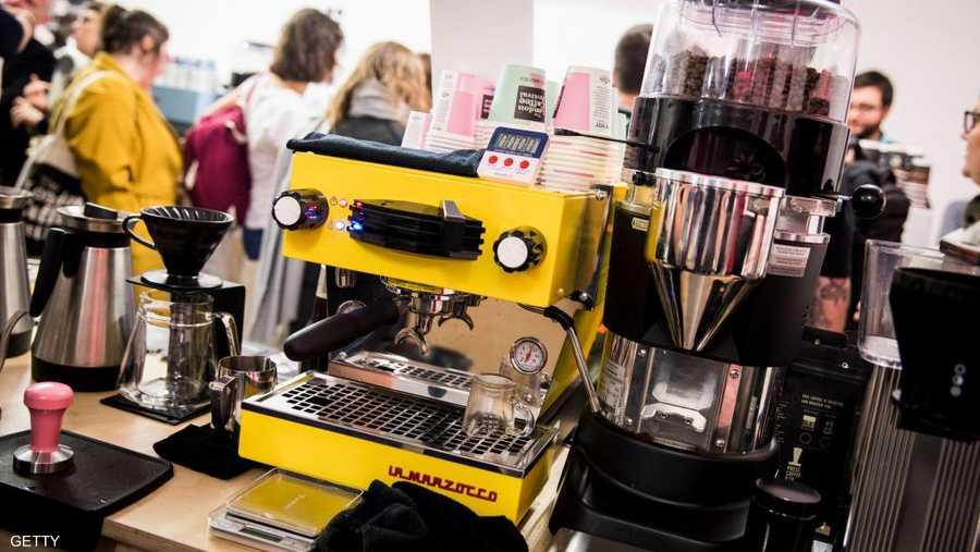 تستعرض الشركات المشاركة في المهرجان منتجاتها من الآلات المتخصصة بصناعة القهوة على أنواعها المختلفة.