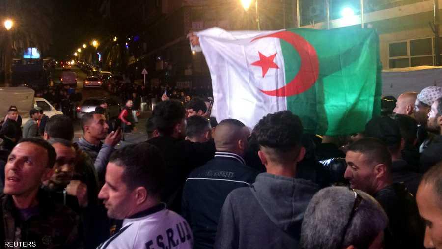 خرج آلاف الجزائريين إلى شوارع العاصمة الجزائر للاحتفال باستقالة بوتفليقة.