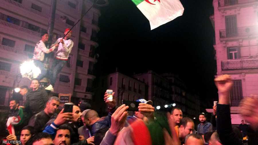 ظهر الجزائريون يهللون في الشوارع، بينما تمر السيارات، التي احتفل سائقوها بإشعال أضوائها وإطلاق أبواقها.
