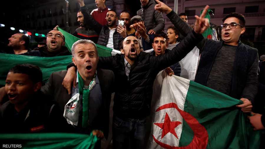 خرج مئات الجزائريين ولوحوا بالأعلام عبر شوارع وسط المدينة، التي اندلعت فيها احتجاجات حاشدة ضد بوتفليقة يوم 22 فبراير الماضي.