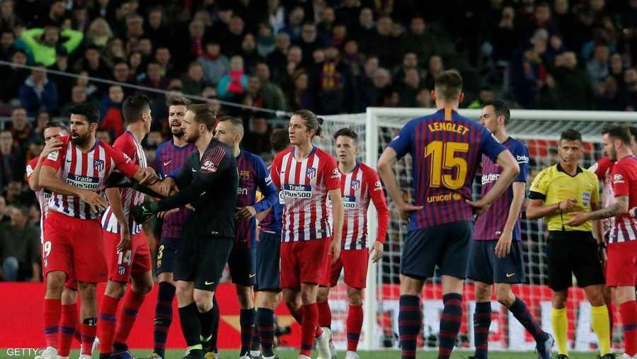 رفض اللاعب الإسباني قرار الطرد واحتج كثيرا على الحكم، الأمر الذي جعل عددا من اللاعبين يتدخلون لإخراج اللاعب وعدم تضييع الوقت.