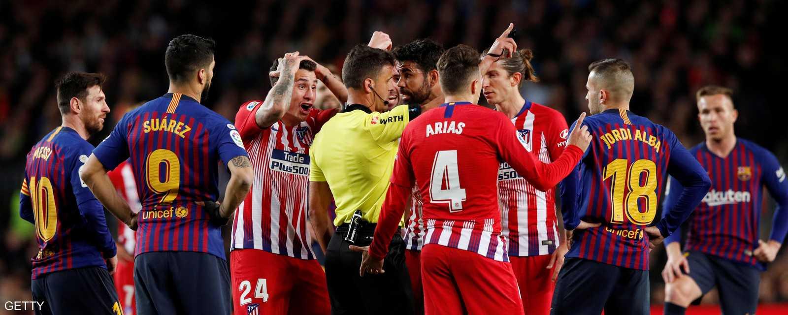طرد المهاجم دييغو كوستا خلال مباراة فريقه أتلتيكو مدريد أمام برشلونة، مساء السبت، في الجولة الـ31 من الدوري الإسباني.