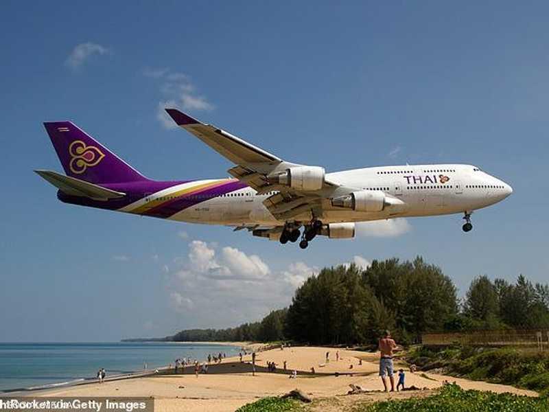 مدرج المطار التايلاندي قريب من الشاطئ