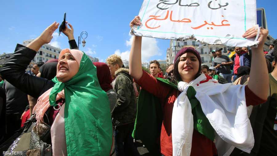 جزائرية تحمل لافتة ترفض استلام بن صالح رئاسة البلاد