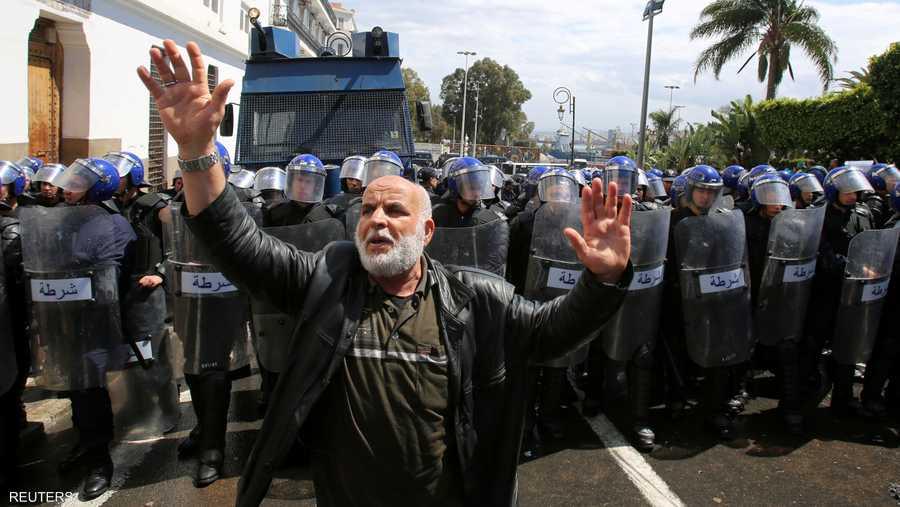 عجوز يطلب من المتظاهرين عدم الاشتباك مع الأمن