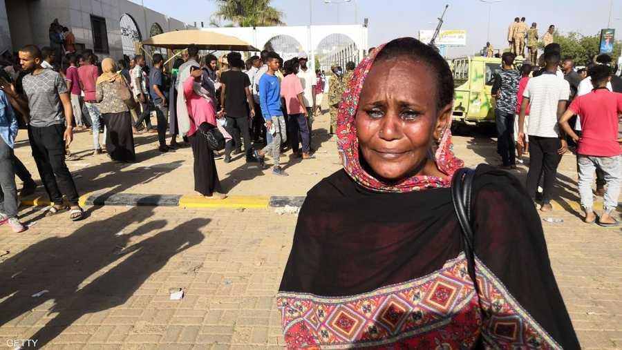 دموع سودانية عقب محاولات فاشلة لفض الاعتصام