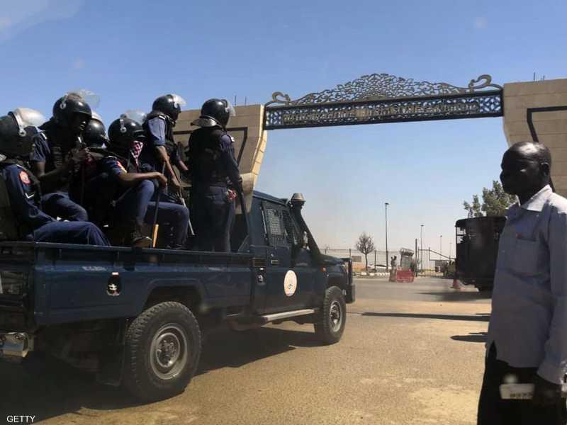 المتظاهرون يطالبون بتنحي الرئيس البشير