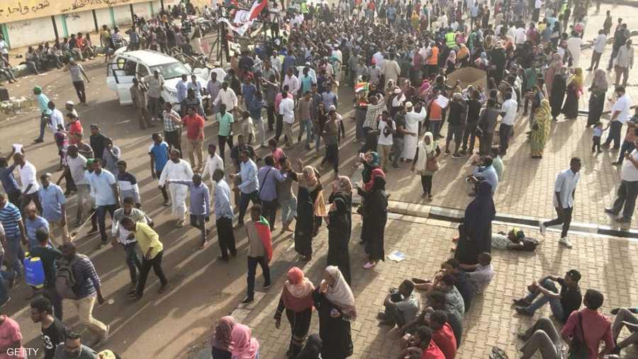 المتظاهرون يطالبون بنقل السلطة إلى هيئة مدنية