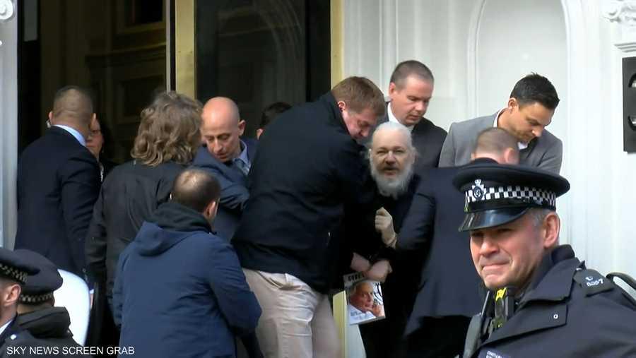 """لحظة اعتقال مؤسس """"ويكيليكس"""""""