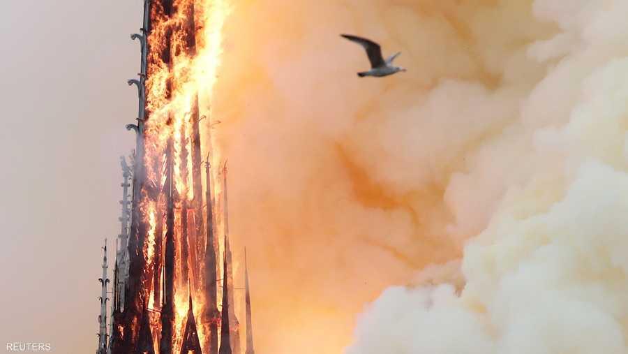 وقد أدّت النيران إلى انهيار برج الكاتدرائية القوطية التي شيدت بين القرنين الثاني عشر والثالث عشر.