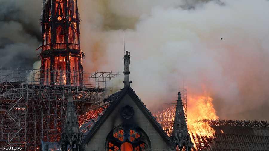 واندلع حريق ضخم لم تعرف أسبابه بعد قبيل الساعة السابعة مساء في الكاتدرائية التاريخية.