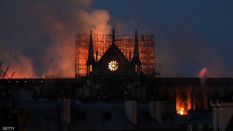 """عاشت """"عاصمة النور""""، الاثنين، يوما اتخذ لونه الأسود من الرماد والدخان الصاعد من كاتدرائية نوتردام التاريخية، التي تعد أحد أهم معالم المدينة منذ إنشائها قبل 800 عاما."""