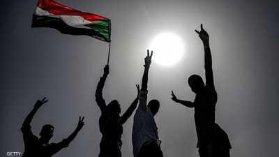 متظاهرون يرفعون علم السودان - أرشيفية
