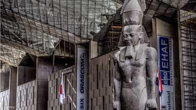 التمثال مصنوع من الغرانيت الوردي ويصور الملك واقفا
