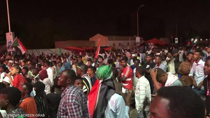 آلاف المتظاهرين يحتشدون خارج مقر القيادة العامة للجيش