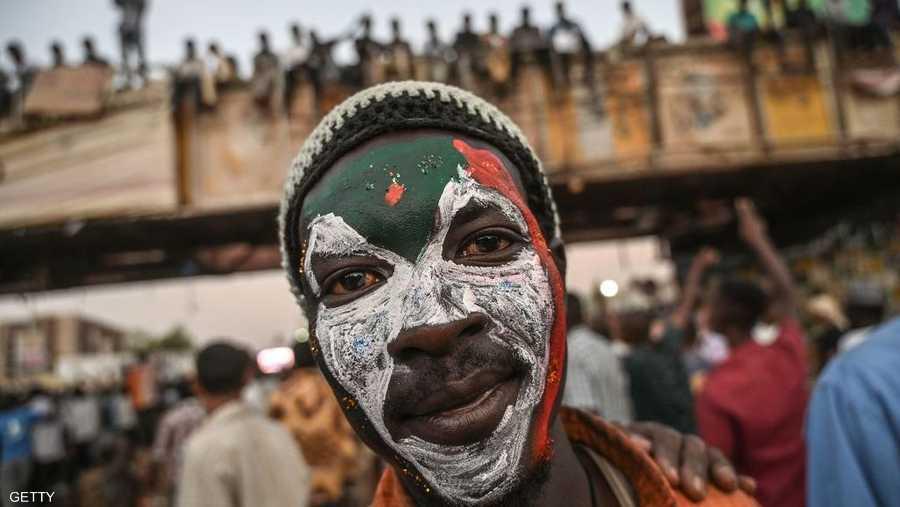 يعتصم المحتجون السودانيون أمام مقر قيادة الجيش في الخرطوم