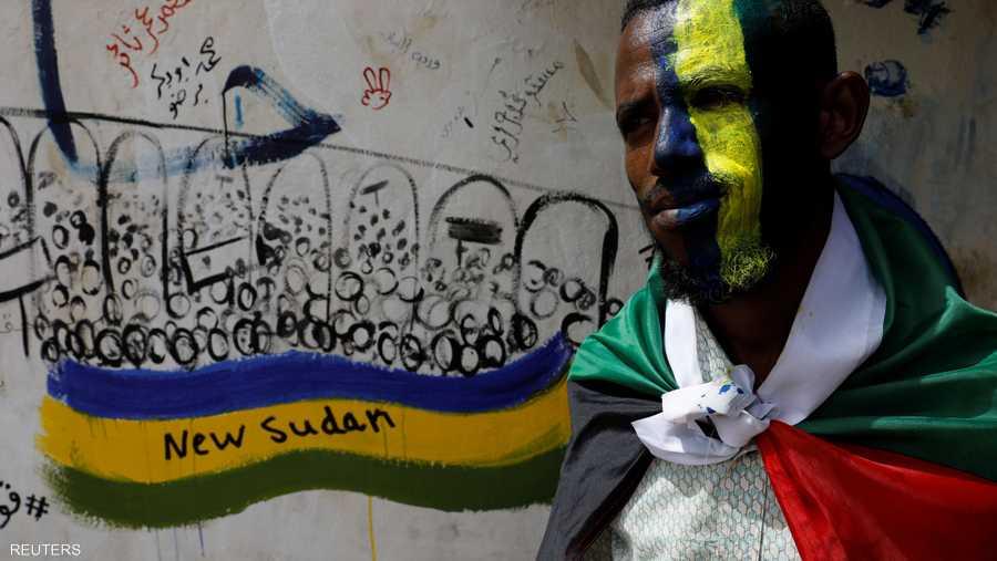 قال أحد الرسامين على الوجوه، ويدعى حامد محمد، إن العلم القديم يرمز إلى عدم نسيان الناس لماضيهم.